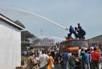 Impossible d'entrer au marché, les pompiers combattent le feu de l'éxterieur  ©Iwacu