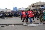 Les agents de la croix rouge évacuant un blessé ©Iwacu