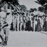 Photo apparue dans le journal Ubumwe. Un numéro spécial, No  7 du 16 mai 1972 avec comme légende, ''Notre armée a fait de nombreux prisonniers'' ©Iwacu