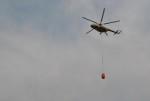 Un hélicoptère de l'armée rwandaise en train d'éteindre la partie centrale du marché ©Iwacu