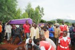 Les agents de la Croix Rouges assistent les familles qui ont perdu les leurs depuis la matinée ©Iwacu