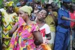 Des mères éplorées ne peuvent retenir les larmes déjà la vue des cercueils contenant leurs enfants ©Iwacu