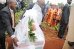 Le président de la République posera aussi une gerbe de fleurs sur une des 35 tombes creusés ©Iwacu