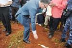 Avant que les représentants des corps diplomatiques ne procèdent au dépôt des fleurs. Ici l'ambassadeur de France au Burundi ©Iwacu