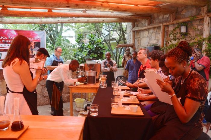 Concours des barristers : un Ougandais prépare son café devant le jury ©Iwacu