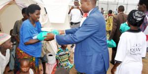 Distribution des vivres sur le site Kinama1 par la délégation de l'African Hop Services ©Iwacu