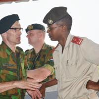 Dr Marc Nimburanira, directeur de l'Hôpital militaire de Kamenge, discute avec un militaire néerlandais  ©Iwacu