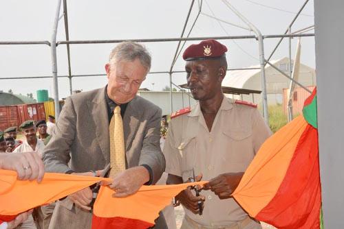 L'ambassadeur Jolke Oppewal et le chef d'Etat-major général adjoint Fabien Nzisabira coupent le ruban  ©Iwacu