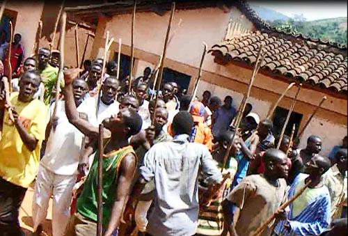 Les Imbonerakure tentent d'empêcher les militants du MSD d'implanter leur drapeau  ©Iwacu