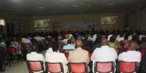 Les invités suivent un film sur le génocide ©Iwacu