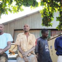 Les trois employés de la Régideso et Saïd Sindayigaya (le commissionnaire, à l'extrême droite) ©Iwacu