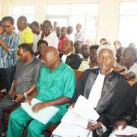 Salle d'audience de la Cour anticorruption. De gauche à droite : Léonce Ngendakumana, Frédéric Bamvuginyumvira (tenue verte) et deux de ses avocats ©Iwacu