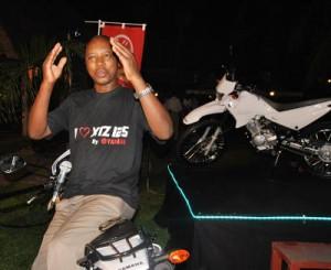 Serges Ndarugirire : « Nous offrons à nos clients plusieurs services après vente. Nous dispensons aussi des cours de conduite de moto » ©Iwacu