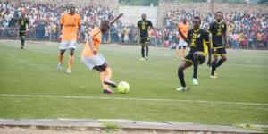 Un face à face entre le joueur de Flambeau de l'Est (maillot orange) et un attaquant congolais ©Iwacu
