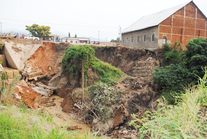Une église construite au bord de la rivière Nyabagere sur le point de s'effondrer  ©Iwacu