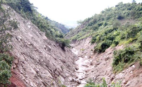 « Gikoma, vallée rabotée par les rochers éboulés en amont »