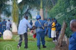 Difficile de franchir le portail de la permanence : la police se heurte à une résistance musclée des jeunes. Des crépitements d'armes se font entendre. Selon police, les jeunes ont été les premiers à tirer ©O.N/Iwacu