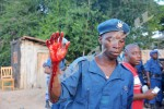 Un policer blessé quitte les affrontements ©O.N/Iwacu