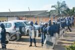 Dimanche, 09  mars 2014 - La police veut libérer deux agents en uniforme pris en otage et arrêter Alexis Sinduhije, président du parti ©O.N/Iwacu