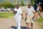 Pierre- Claver Mbonimpa, président de l'Aprodh et son adjoint Richard Nimubona jouent la facilitation et parviennent à ramener 2 fusils des deux policiers au commissaire régional de la police ©O.N/Iwacu