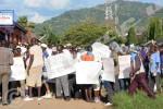 En face des policiers, à plus de cent mètres sur la route, d'autres jeunes du MSD brandissent des papiers sur lesquels ils dénoncent l'opération ©O.N/Iwacu