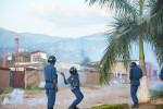 Même les policiers recourent aux pierres, à défaut d'utiliser des balles réelles ©O.N/Iwacu