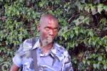Tandis qu'un collègue se repose après avoir reçu une pierre sur la tête ©O.N/Iwacu