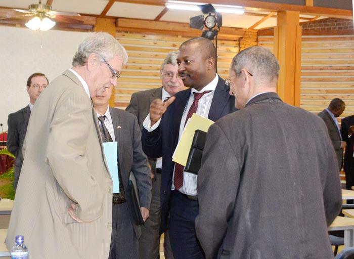 Ambassadeur Albert Shingiro au milieu des diplomates ©Iwacu