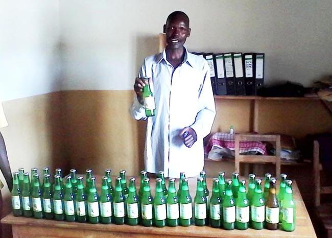 Evariste Nkunzimana avec le jus d'ananas produit par COOP-DI Musongati ©Iwacu