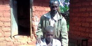 Jérémie Mbayahaga et son fils : « Il est revenu le corps mutilé, la peau écorchée, il ne pouvait pas aller à la selle. Aujourd'hui, c'est un handicapé » ©Iwacu