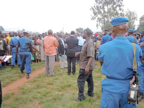 La police empêche le président du MSD (en costume) d'adresser la parole à ses sympathisants de Bugendana ©Iwacu