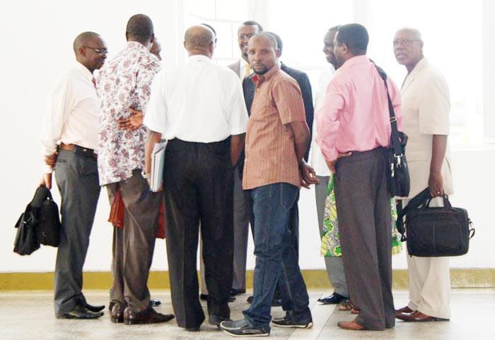 Les députés upronistes en consultation dans les corridors de l'hémicycle de Kigobe ©Iwacu