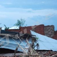 Des maisons détruites par les vents.