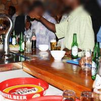 Selon les vendeurs, les clients boivent de moins en moins ©Iwacu