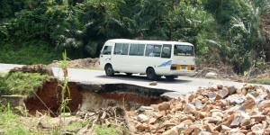 Un bus de transport en commun sur une chaussée délabrée ©Iwacu