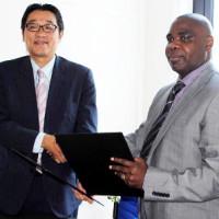 Une poignée de main entre Mikio Mori et Ernest Ndayishimiye après la signature de contrat ©Iwacu