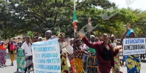 Jeudi, 1er mai 2014 - Journée internationale du Travail : Un homme membre d'une association brandit une banderole sur lequel il est écrit qu'il demande une audience au président de la République. Très peu de cultivateurs sont venus  avec des échantillons de leur récolte ©O.N/Iwacu