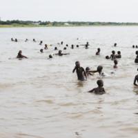 Des enfants se baignent dans les eaux du lac Tanganyika au large de la ville de Rumonge ©Iwacu