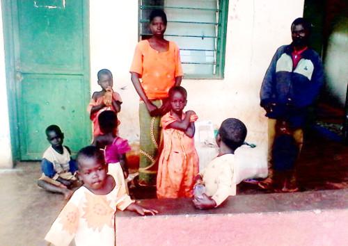 Edouard Miburo avec quelques uns de ses enfants devant le commissariat de police ©Iwacu