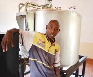 Emmanuel Cimpaye : « Ce congélateur est le cœur de la coopérative Zirakamwa » ©Iwacu