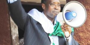 """Léonce Ngendakumana sur la colline Mugara en commune de Rumonge en train d'expliquer à ses militants le nouveau code électoral: """"Il faut battre le parti Cndd-Fdd par les urnes au cours des élections de 2015"""" ©Iwacu"""