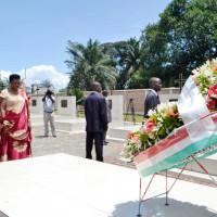 Le couple présidentiel devant la tombe de Cyprien Ntaryamira ©Iwacu