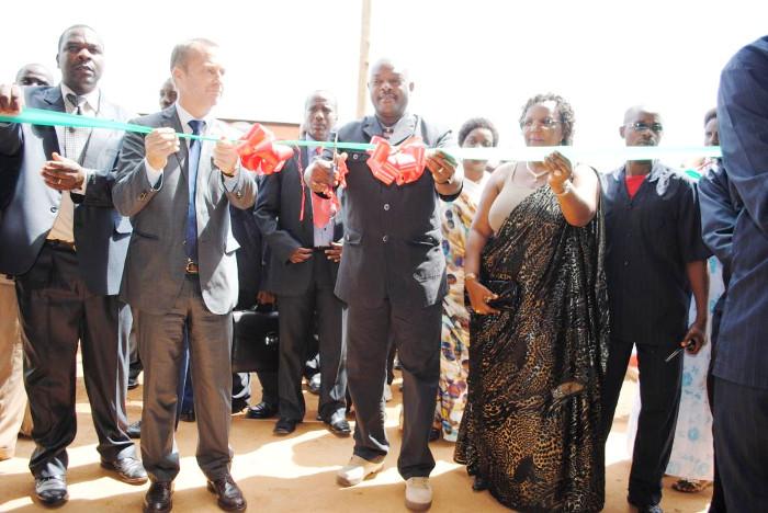 Le président Pierre Nkurunziza, en compagnie du ministre de la Santé publique et du représentant de l'UE au Burundi, procède à l'inauguration de l'hôpital de district de Gihofi ©Iwacu