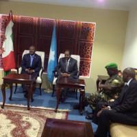 Mardi, 22 avril 2014 - Le président de la République du Burundi, en compagnie du Ministre de la Défense s'est rendu à Mogadiscio, pour une visite surprise des troupes burundaises de l'Amisom. A son arrivée, il a été accueilli par son homologue somalien, ainsi que le Lt-Général Silas Ntigurirwa, commandant les forces de l'Amisom. Le soir il s'est rendu en Centrafrique pour rencontrer le contingent burundais de la Misca [Crédits photo : BdiPresidence]