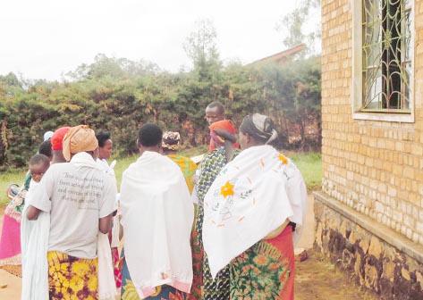 Les jeunes mères devant le bureau de l'état civil de la commune de Gitega ©Iwacu