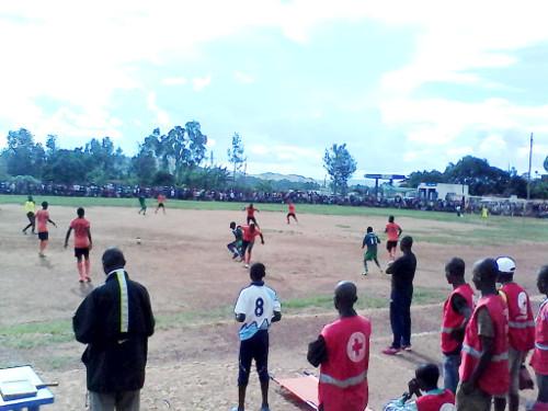 Les joueurs de Flambeau de l'Est aux prises avec ceux de Volontaire F.C ©Iwacu