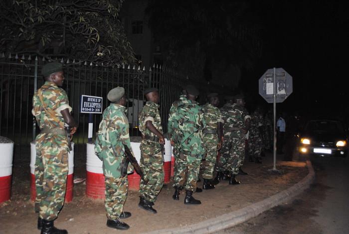 Pour éviter tout débordement, l'armée a été déployée tout autour du bâtiment … ©Iwacu