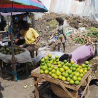 Les vendeuses de fruits à côté des immondices au marché de Kamenge ©Iwacu