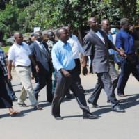 Marche vers le monument de l'unité, devant l'administrateur communal de Rumonge et le représentant du parti Sahwanya  Frodebu dans cette commune en lunettes ©Iwacu