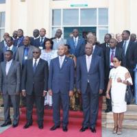 Photo de famille devant l'hémicycle de Kigobe. Au premier plan, le premier vice-président et le président de l'Assemblée Nationale ©Iwacu